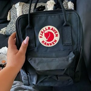 Mini backpack with two pins !